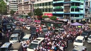 Carga policial sobre manifestantes em Myanmar causa dois mortos e feridos