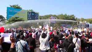 Polícia usa canhões de água para dispersar manifestantes em Myanmar