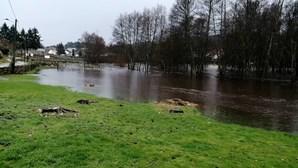 Chuva intensa provoca transbordo da água do Rio Távora