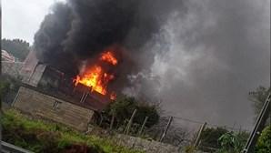 Violento incêndio consome armazém de pneus em Guimarães. Veja as imagens