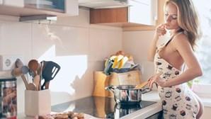 Chef e empregado/a de limpeza nus em sua casa. Serviço insólito chega a Portugal