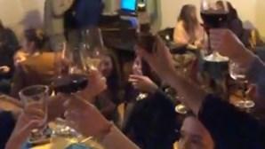 Restaurante em Lisboa que recusou fechar durante confinamento faz festa com dezenas de pessoas