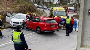 Colisão aparatosa entre dois carros faz dois feridos em Guimarães