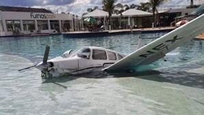 Avioneta com três pessoas a bordo cai em piscina de hotel no Brasil. Veja as imagens