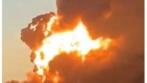 Colisão entre comboio e camião provoca violenta explosão seguida de incêndio no Texas, EUA