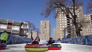 Instrutores de ski criam pista no pátio de escola para poderem dar aulas