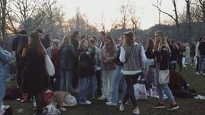 Multidão desafia regras do confinamento em festa ao ar livre em Amesterdão