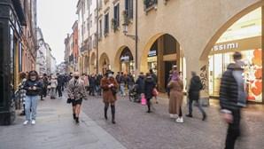 Itália desconfina devagar e comerciantes voltam a ter esperança no futuro após ano marcado pela Covid-19