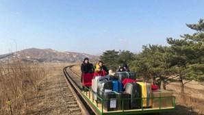 Diplomatas russos regressam da Coreia do Norte a empurrar vagão com a própria bagagem