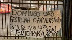 """""""Rua Vi€ira"""": tarjas no Estádio da Luz criticam direção do Benfica. Veja as imagens"""