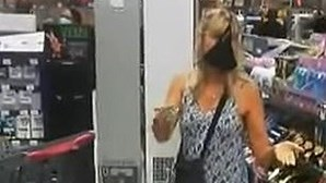 Mulher repreendida por estar em supermercado sem máscara tira as cuecas e usa-as como proteção. Veja as imagens