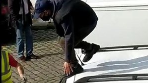 Homem rouba carrinha, fica encurralado por populares e puxa de navalha para fugir