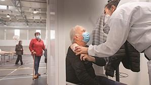 """""""Receber a vacina é uma grande oportunidade"""", diz idosa após ser vacinada contra a Covid-19"""