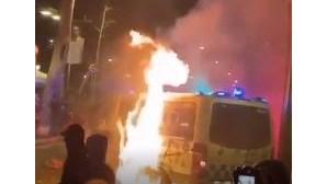 Carrinha da polícia incendiada com agente no interior durante protestos em Barcelona. Veja as imagens
