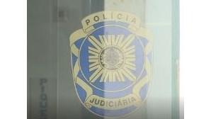 Dupla espanca construtor civil e pega fogo a carro em Olhão
