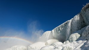 Temperaturas negativas transformam Cataratas do Niágara num verdadeiro reino de gelo. Veja as imagens