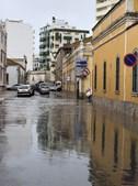 Chuva forte inunda ruas e garagem de centro comercial em Faro