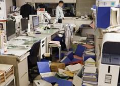 Pastas, dossiês e material de escritório espalhado pelo chão numa empresa em Hirono