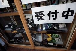 Garrafas caídas em pub japonês após abalo sísmico