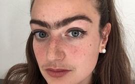 Eldina não faz buço ou sobrancelhas há um ano