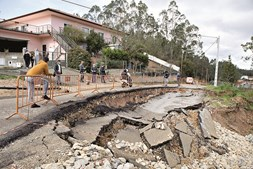 Estrada destruída em Soure por deslizamento de terras