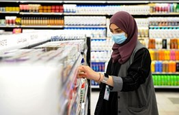 Uma mulher saudita a trabalhar num supermercado, até recentemente era proibido