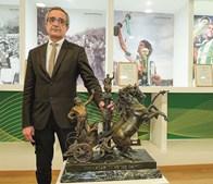 Carlos Silva, presidente do Vitória, já com o troféu recuperado