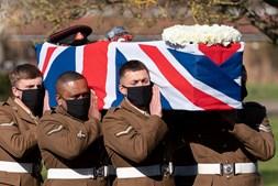 Militares das Forças Armadas carregam o caixão do Capitão Tom Moore
