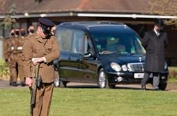 Chegada do cortejo fúnebre ao crematório de Bedford, em Inglaterra