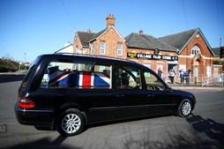Carro funerário com urna com os restos mortais do capitão Tom Moore