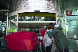 Voo de repatriamento do Brasil já chegou a Portugal. Veja as imagens no Aeroporto de Lisboa