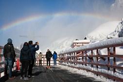 Visitantes aproveitam a vista 'gelada' formada pelo gelo nas cataratas