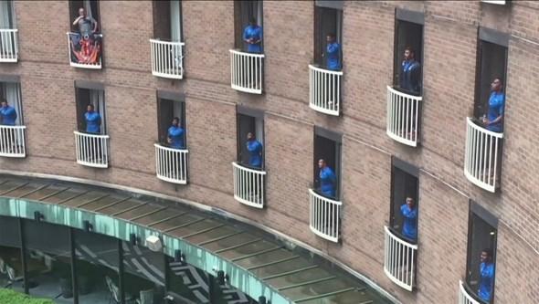 Jogadores de râguebi das Fiji terminam quarentena a cantar das varandas do hotel