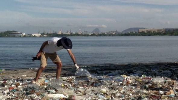 Ambientalista alerta para mar de lixo nas praias do Rio de Janeiro