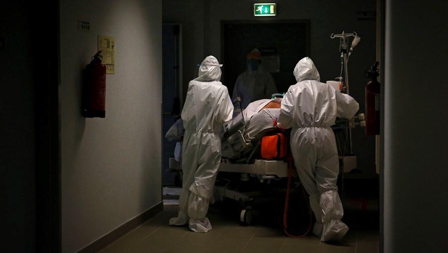 Médicos transportam doente no Hospital de Cascais