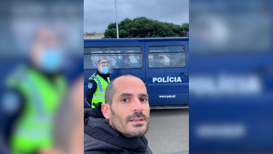 Homem passeia sem máscara e desafia PSP em Vila do Conde