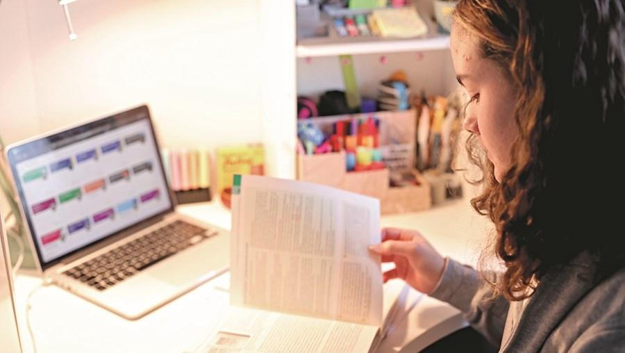 Alunos voltam às aulas através da internet