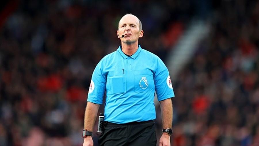 Árbitro Mike Dean fora dos jogos da Liga inglesa após ameaças de morte