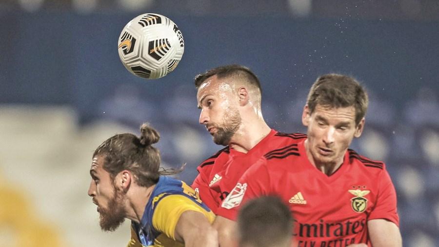 Seferovic e Vertonghen em luta com o defesa estorilista Hugo Gomes