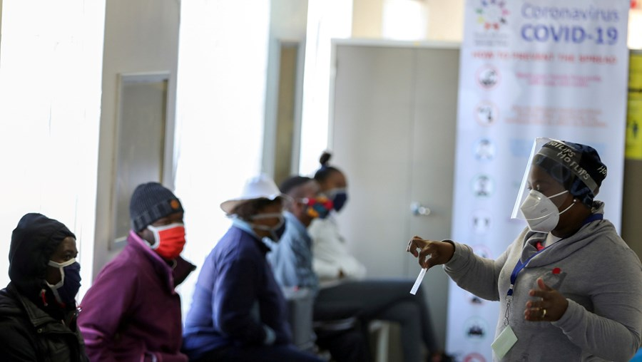 Voluntários esperam para receber a vacina da Covid-19