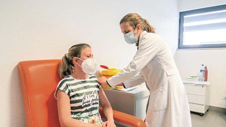 Profissionais de saúde são a esmagadora maioria dos vacinados