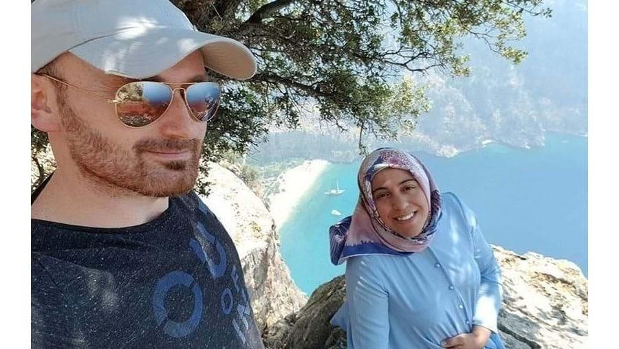 Hakan Aysal e Semra Aysal, momento antes da mulher ter sido empurrada do penhasco