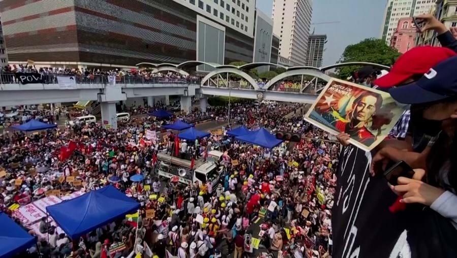 Manifestantes voltam a sair à rua contra golpe militar em Myanmar