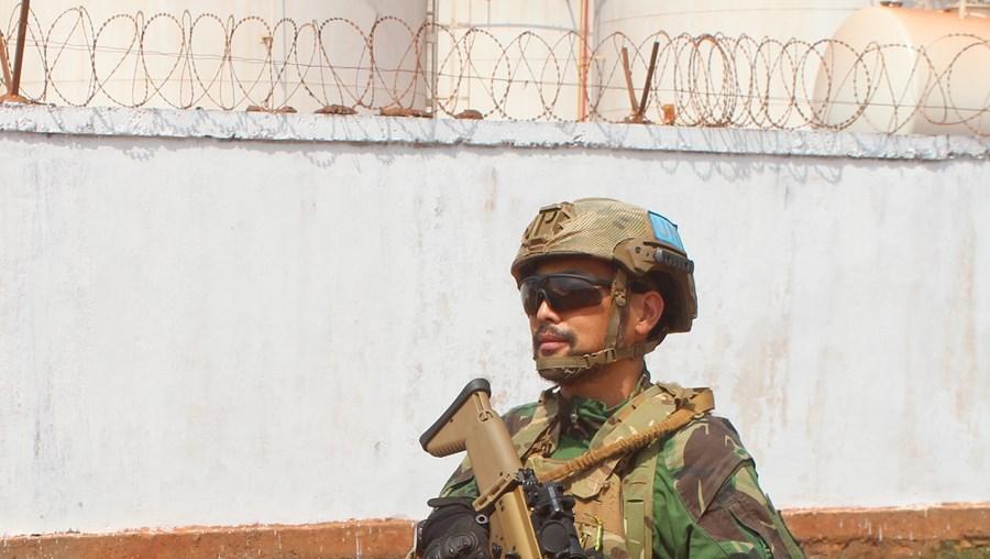 Tenente-coronel Lee Chin equipado para combate durante uma patrulha