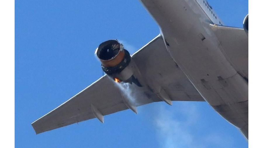 Motor de Boeing 777 falha durante voo e destroços caem em Denver, nos EUA