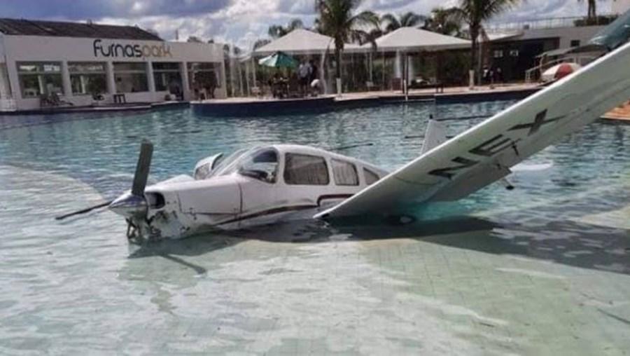 Avioneta cai em piscina de hotel no Brasil
