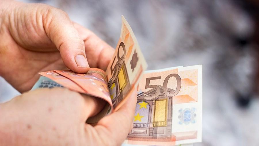 Agentes da PSP viram idoso, com ar assustado, a entregar 300 € ao burlão