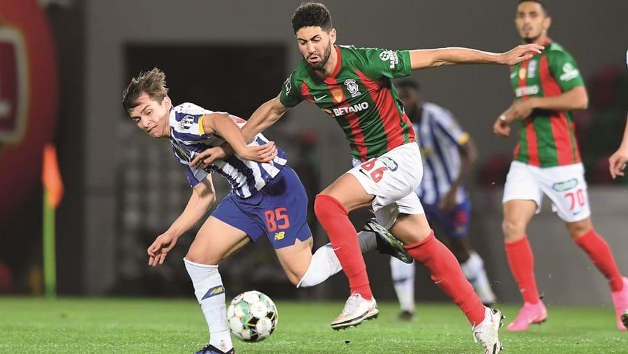 Francisco Conceição, que foi decisivo ao sofrer o penálti que resultou no 2-1 para o FC Porto, é pressionado por Léo Andrade, que marcou o golo do Marítimo