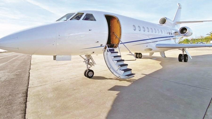 Falcon 900B transporta até 14 pessoas