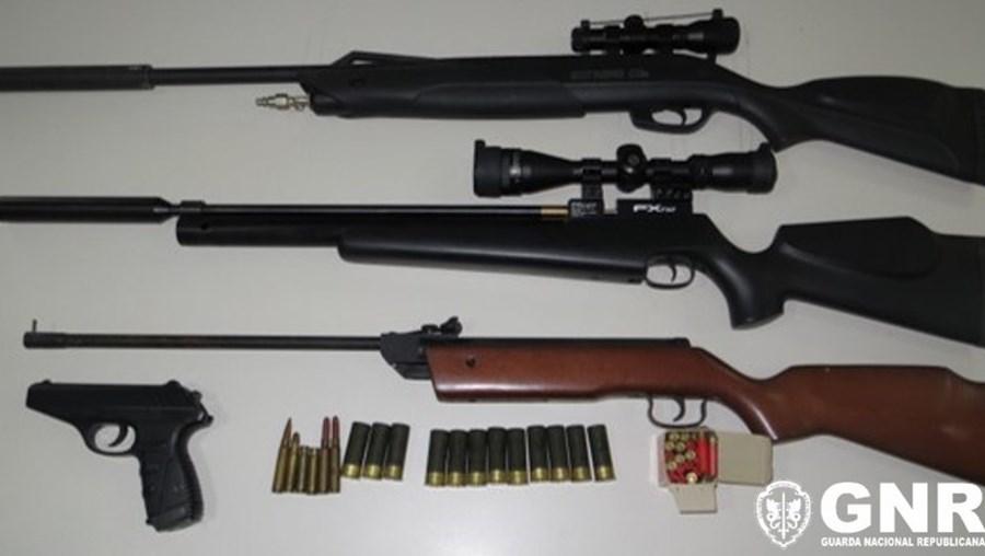Quatro armas de fogo apreendidas a suspeito de violência doméstica